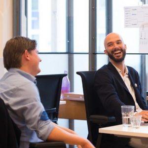 Collega's David en Jordy op kantoor